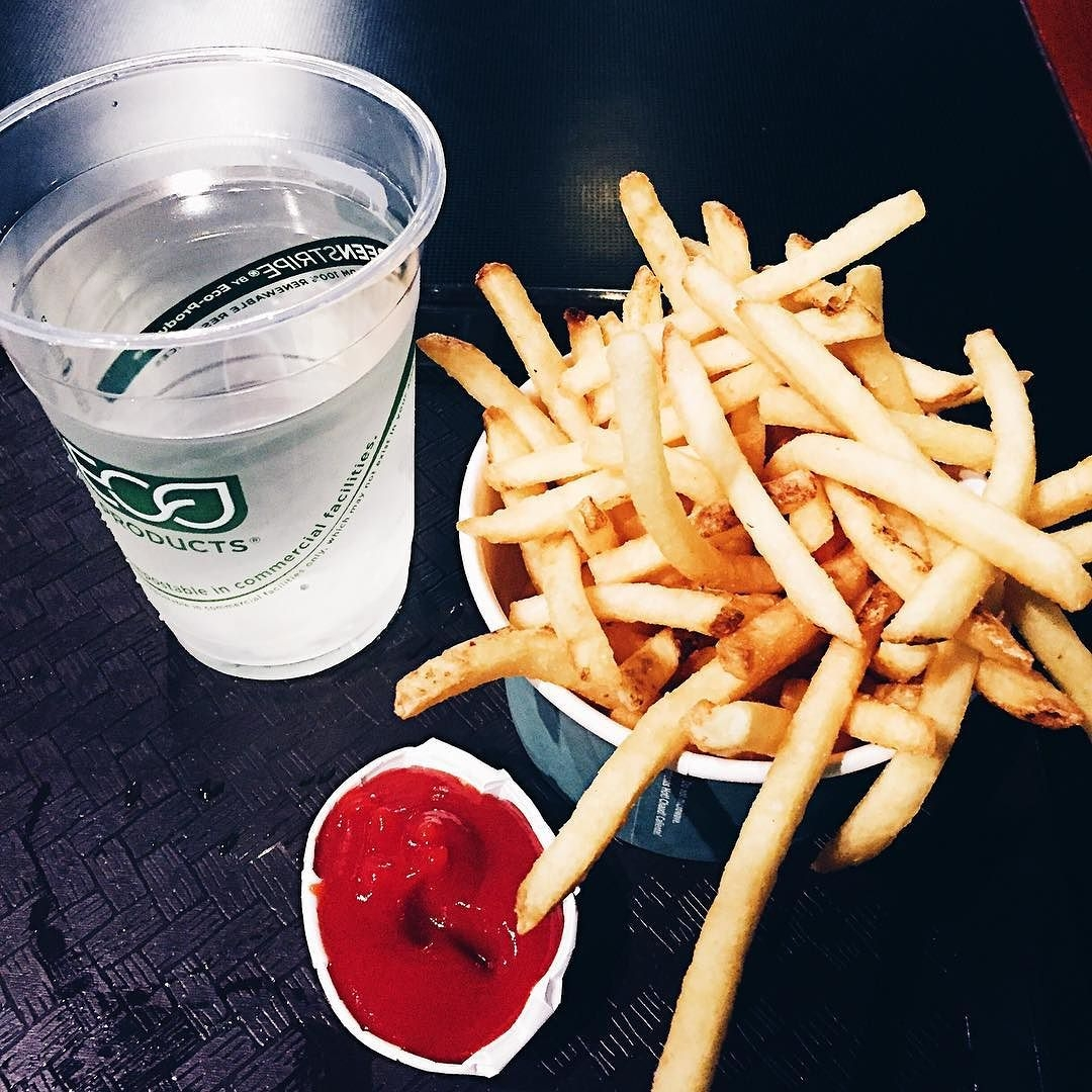 Fries_tasted_amazing_after_a_night_of_snowboarding._Such_great_snow._So_hungry.__snowboardfuel__snowboardgirl__mountaingirl__lovefrenchfries__unumdesign__unum
